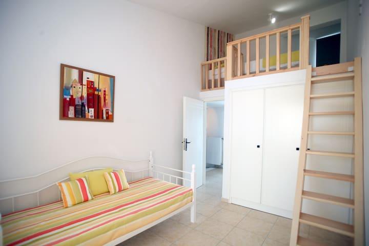 Δεύτερη κρεβατοκάμαρα πρώτου ορόφου με σοφίτα Second bedroom on the 1st floor with attic