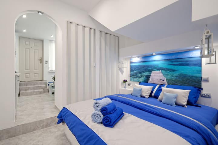 Santorini style in Athens!Royal blue with  hot tub