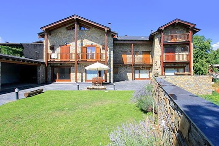 Cozy house w/ furnished terrace - Bellver de Cerdanya - Casa