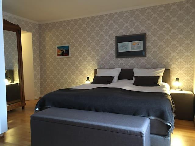 Chambre Babette - ruime kamer, heerlijk bed - Dore-l'Église - Bed & Breakfast