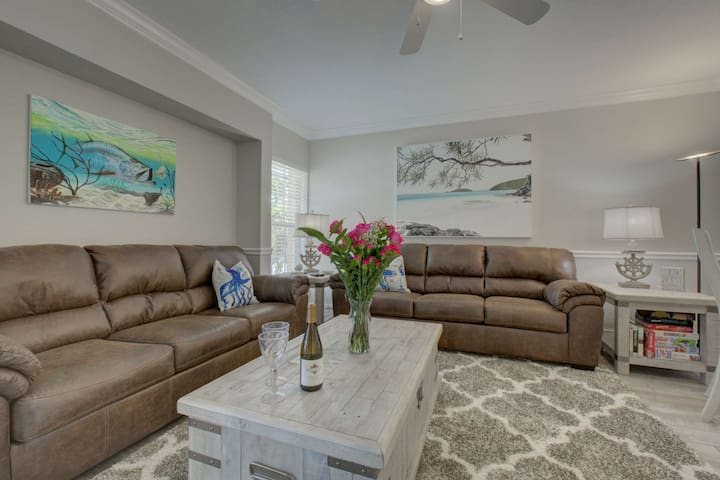 Walk to the Beach on Siesta Key, WiFi, Parking Avail, Shopping/Dining, Pool & Two King Beds
