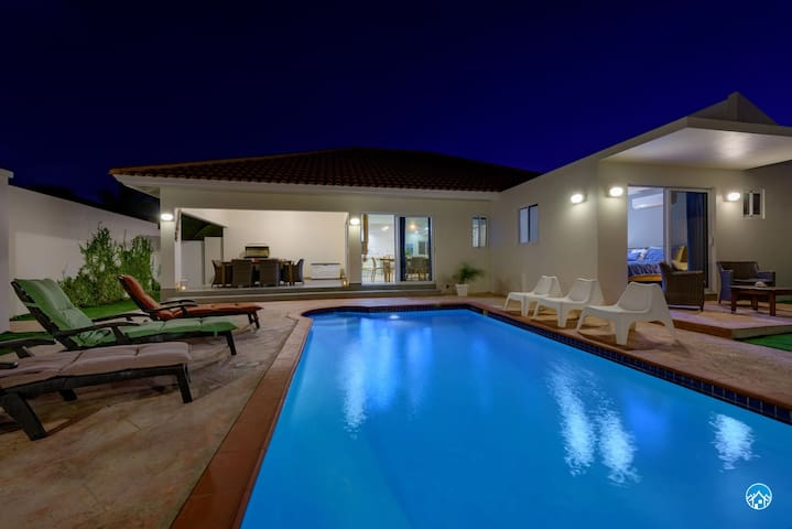 Classic 4/5  bedr FAMILY dream home - private pool