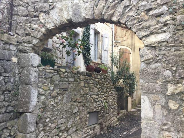 Authentique et calme au cœur de la cité médiévale - Sauve - Ev