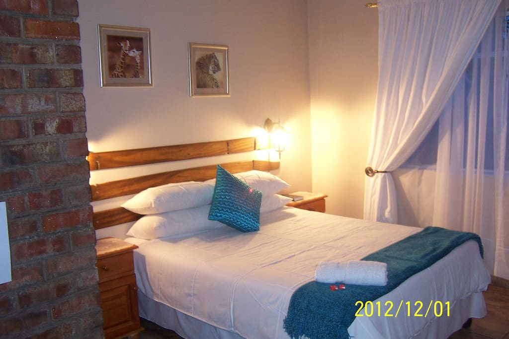 ROOM 4 KING BED OR 2 SINGLES EN SUITE SHOWER