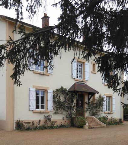 Chambre calme de 20m², lit de 140 x 200 - Paray-le-Monial - Rumah
