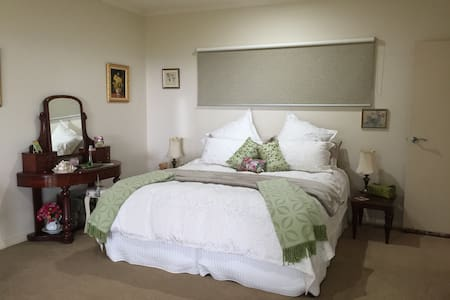 """The Point"" Tranquil, Spacious with Stunning Views - Maleny"
