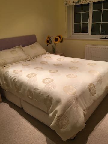 Spacious Double En-Suite with Bath & shower - West Sussex