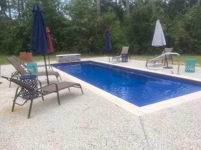 Enjoy pool with waterfall and deck jet sprays, as well as 6 person hot tub nearby in the commons area, complete with BBQ and outdoor sitting areas that are great for relaxing or visiting.