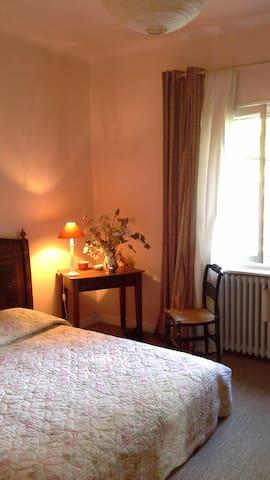 Maison de  village avec jardin - Saint-Étienne-du-Grès - Bed & Breakfast