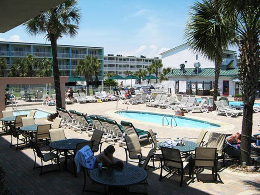 This Tybee Island vacation condominium offers a great location with 3 swimming pools and on-site restaurant