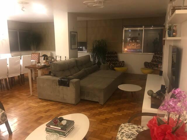 Sala de estar com sofá retrátil de 5 lugares, tv de 52 polegadas, wifi, net, ar condicionado e cortinas. Mais 8 confortáveis poltronas.