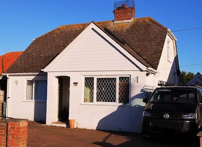 Four bed house with hot tub, 200 mtrs from beach - Greatstone