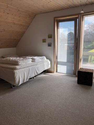Soveværelse med dobbelt seng