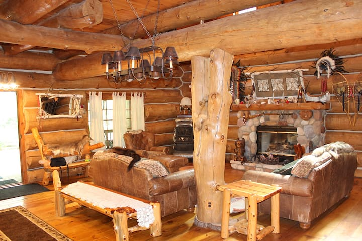 Dream Catcher Log Cabin (Newaygo, MI): Quiet, peaceful fall color getaway!