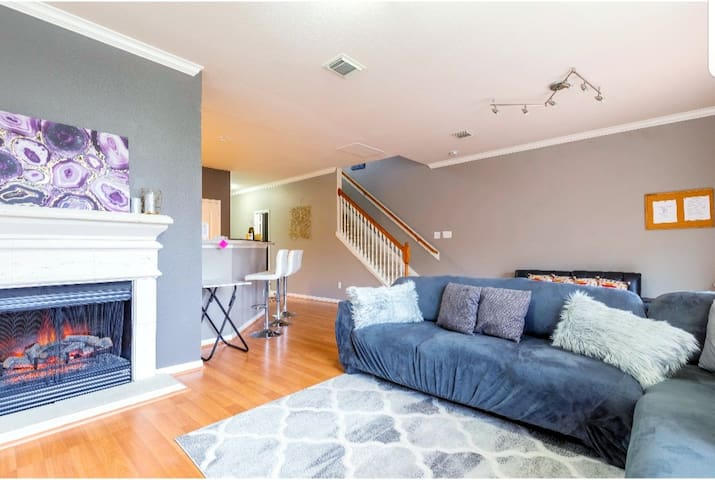 Luxury decor, spacious townhouse: Welcome Home!