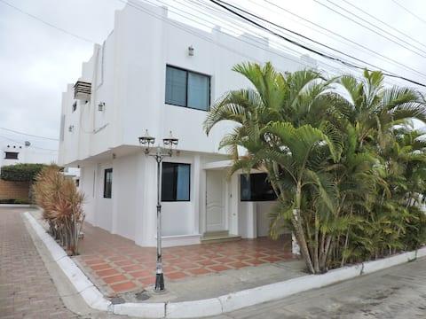 Hermosa Villa de 2 plantas en urbanización privada