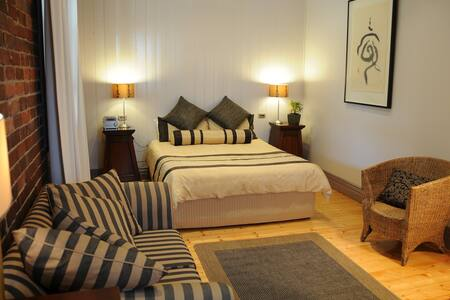2 Victorian Suite - Yea Peppercorn Hotel