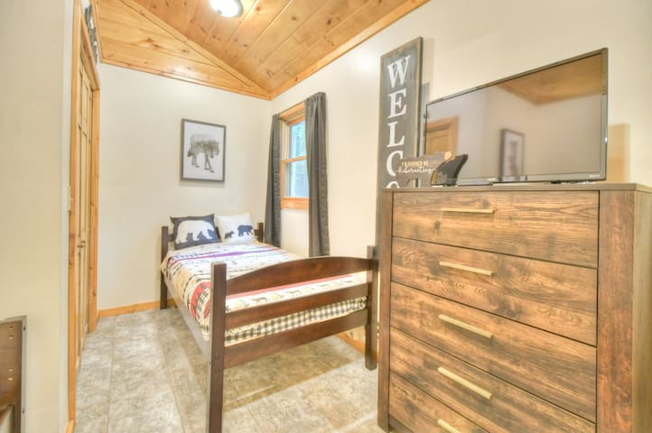 Cub rooms, two single twin beds in 3rd bedroom