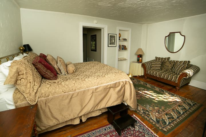 Percy Suite - Faunbrook Bed & Breakfast