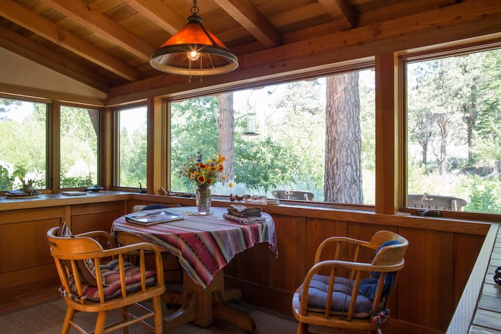 Watch the quail and wild turkeys while you enjoy your morning coffee or tea in the breakfast nook overlooking the river.
