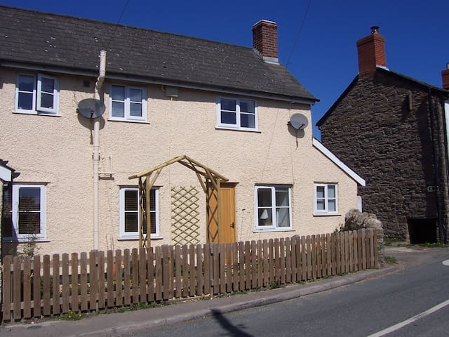 Wayside cottage, bijou and quaint - but modern