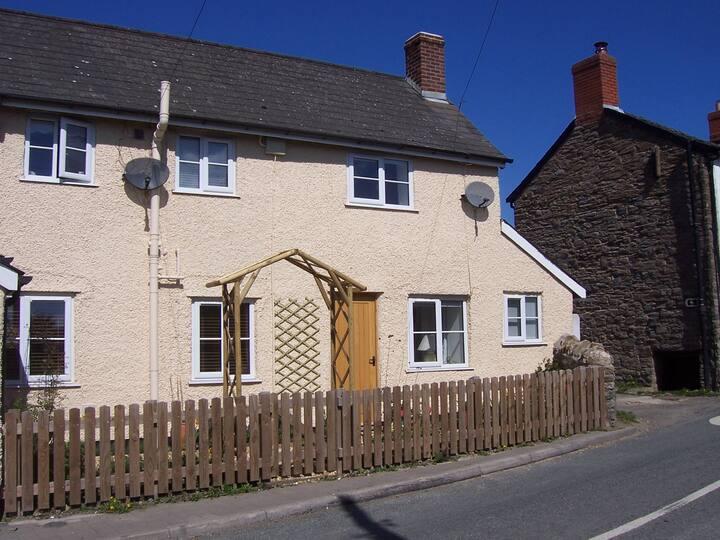 Wayside cottage, bijou and quaint - but modern
