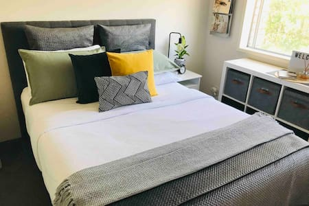 Stylish Quiet Room, Near Water, shops & bus stop