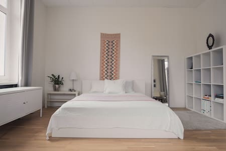 The Loft Room - 1 Minute from Train Station