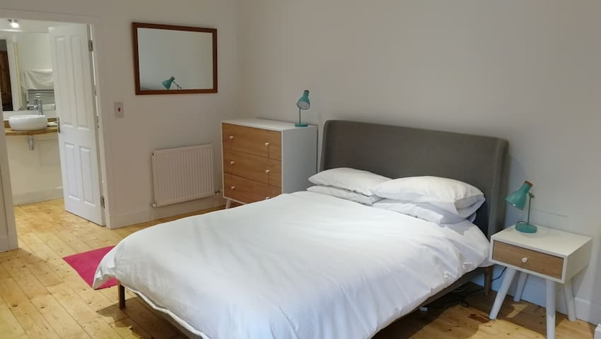 Large new en suite, own floor, near University