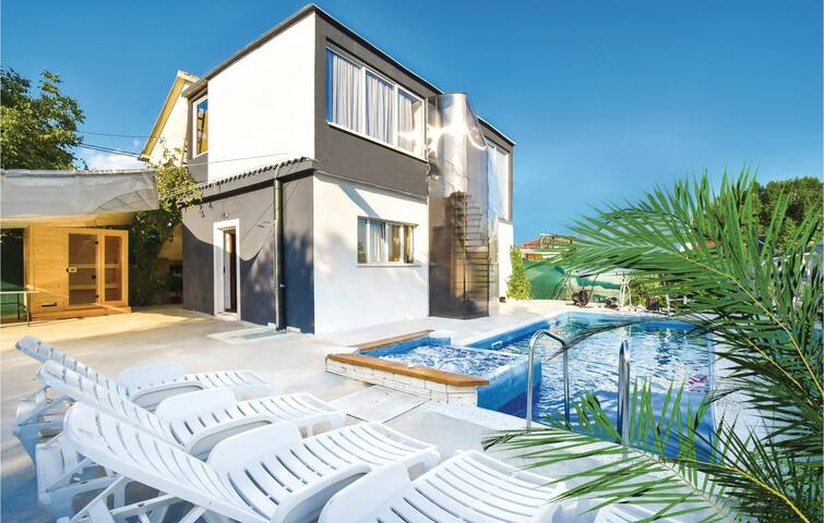 Holiday cottage with 4 bedrooms on 140m² in Otok Dalmatinski