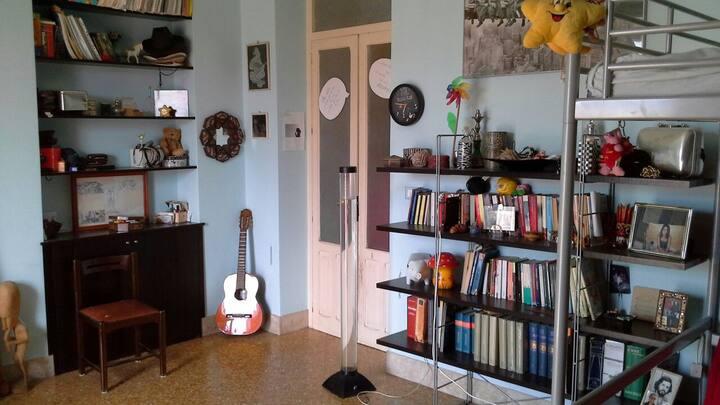 Ampia camera con due letti, in casa con terrazzo