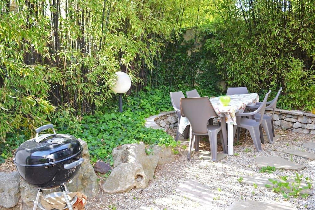 Coin barbecue avec table et bains de soleil