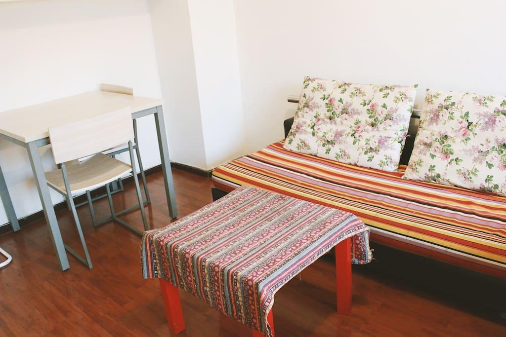 异域风格的桌布配彩虹碎花沙发 . 大房间 Large bedroom love seat and  desk space