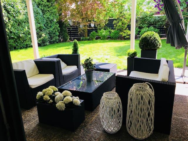 Terrasse zum relaxen und Zugang zum Garten