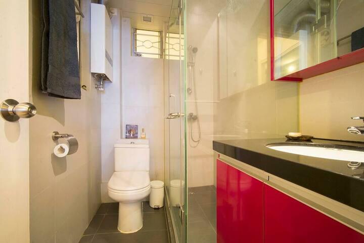 自动扶梯旁的私人浴室公寓