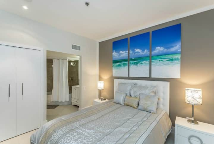Beautiful 1 bedroom POOL condo -walk to beach