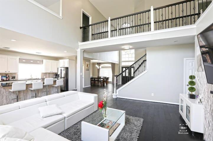 LUXURY/SPACIOUS 4k sqft house