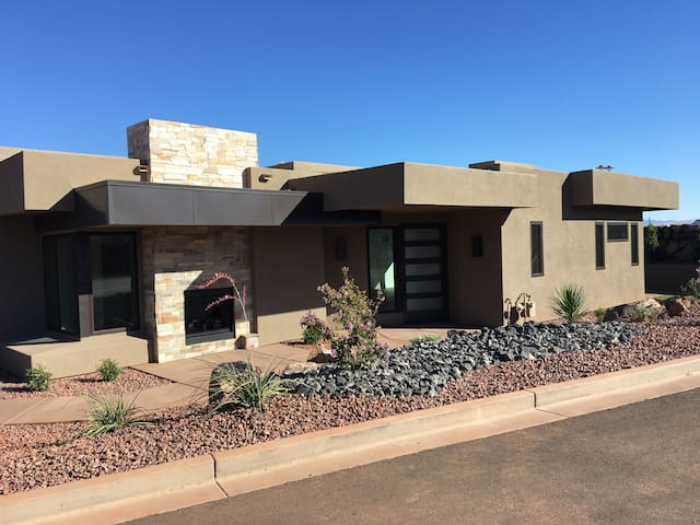 Brand New Luxury Home Near Snow Canyon/ Tuacahn