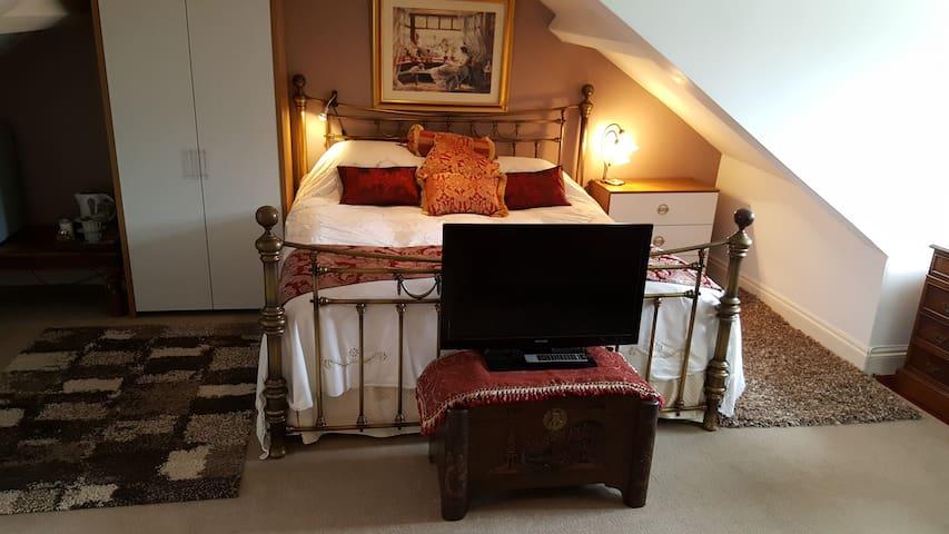Spacious Loft Room with Ensuite Bathroom