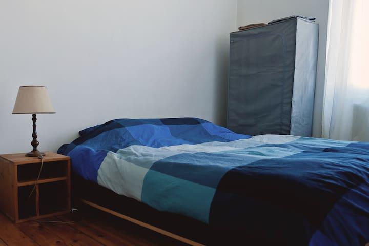 Chambre au calme côté cour / penderie et serviettes disponibles
