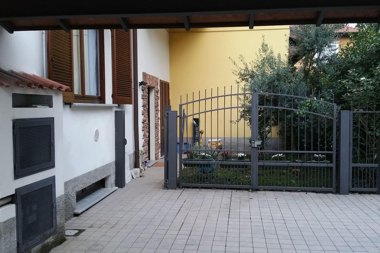L'ingresso dell'abitazione si trova in una Via privata, senza traffico e molto tranquilla