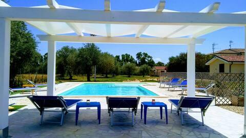 """Suite per gli ospiti """"Acqua"""", in villa con piscina"""