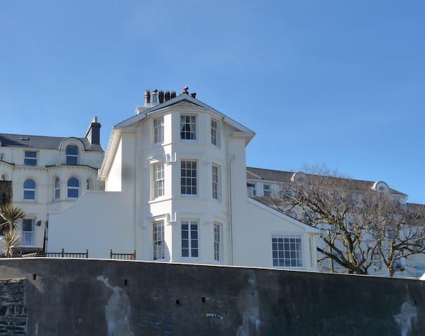 Georgian beach house. Panoramic views.Ideal for TT