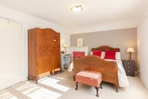 Lilies House-A Double bedroom in a family home