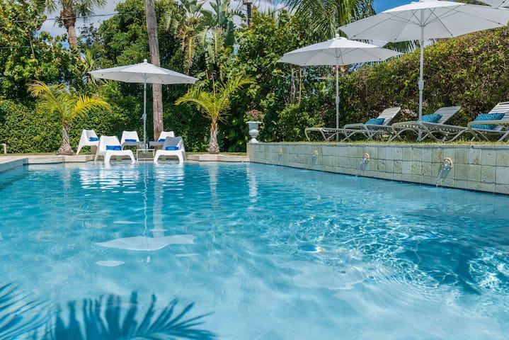 Stunning 4bd/3ba pool house 1 minute walk to beach