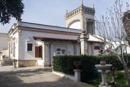 Antica Villa immersa in Giardino - Villa