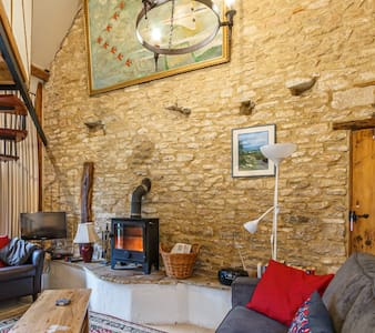 A gorgeous Cotswold getaway. Fireplace, dog friendly, self check-in and free wandering chickens!