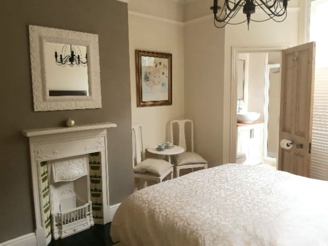 Super Comfy Ensuite Near Old Town & Free Parking