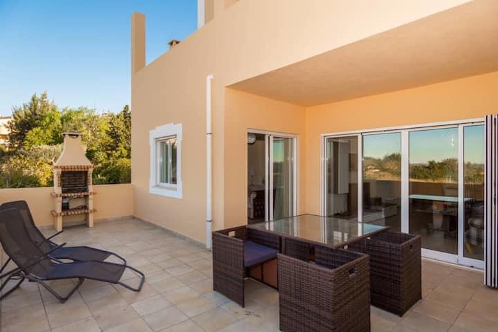 Apartment Swallow - 2 Bed Apt With Communal Pool & Views, Close to the Coast