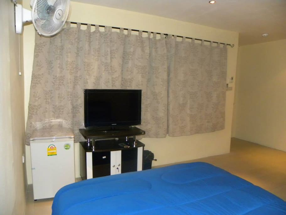 flat screen tv with satellite , air con and fan , fridge, safe.
